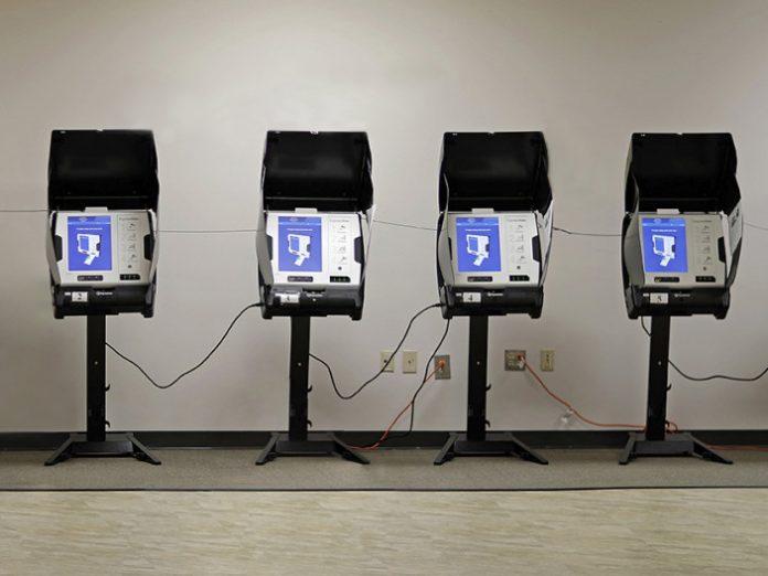 Машини за гласуване в САЩ; Снимка: Дейвид Голдман, Асошиейтед Прес; Обработка: Меги Р.