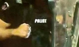 Български милиционер с метален бокс за борба срещу протестиращи; Снимка: скрийншот